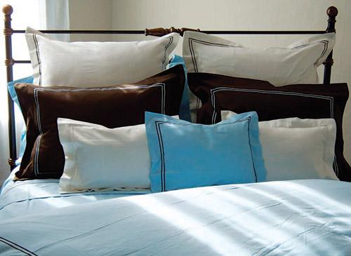 jastuci na krevetu