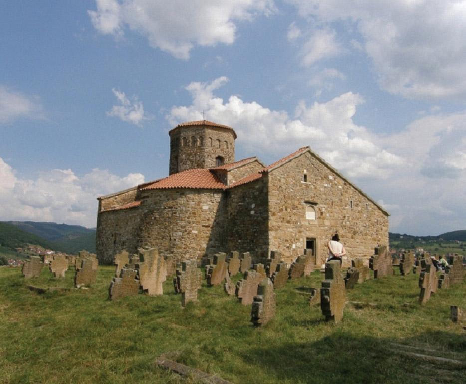 """Crkva Sv. Apostola Petra i Pavla, VIII vek, sa starinskim grobljem kod Novog Pazara, čiji su nadgrobni spomenici izgrađeni od """"trahita"""""""