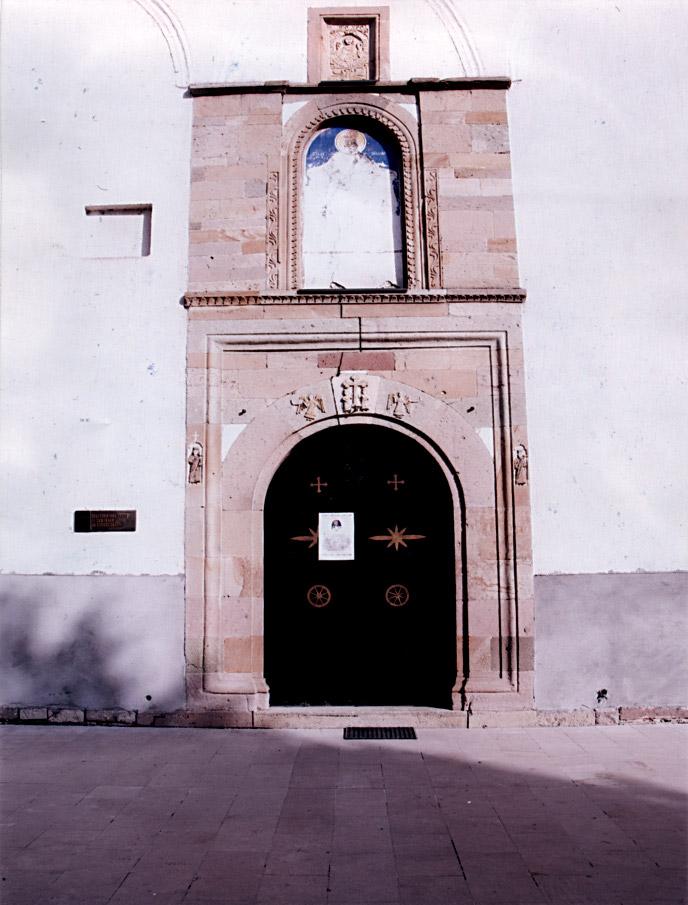 """Portal gradske crkve posvećene Sv. Nikoli u Novom Pazaru u celini izgrađen od """"trahita"""" sa skladno uklopljenim nijansama"""