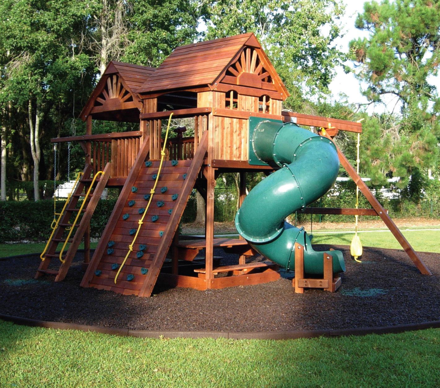 Postavljanje malča u dečijim parkovima