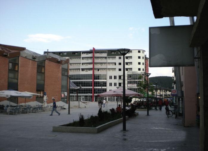 Gradski trg u Tutinu obložen štokovanom mermernom brečom