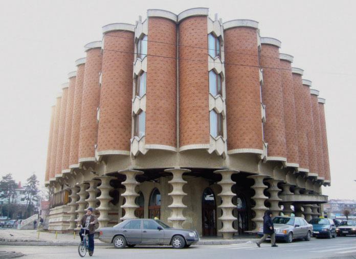 Hotel Vrbak u Novom Pazaru. Breča ugrađena u horizontalama enterijera