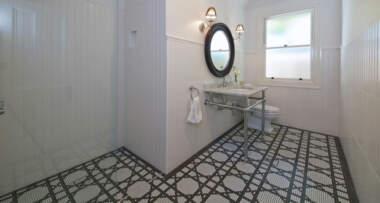 Crno-bele pločice u kupatilu