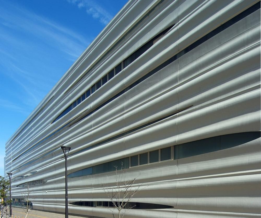 Ima odlične mehaničke performanse, lak je za održavanje i može da se izvede u prirodnoj boji betona