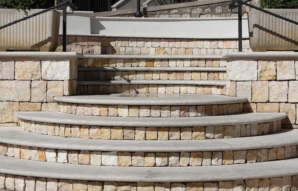 Terazzo podovi, spatulirani podovi ili drenažni podovi od mešavine sfernog kvarca i epoksidne smole
