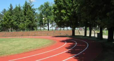Kompletni sistemi sportskih podloga su atestirani od strane svetskih federacija kao sto su IAAF, FIBA, IHF, ASTM kao i usklađenost EN norme