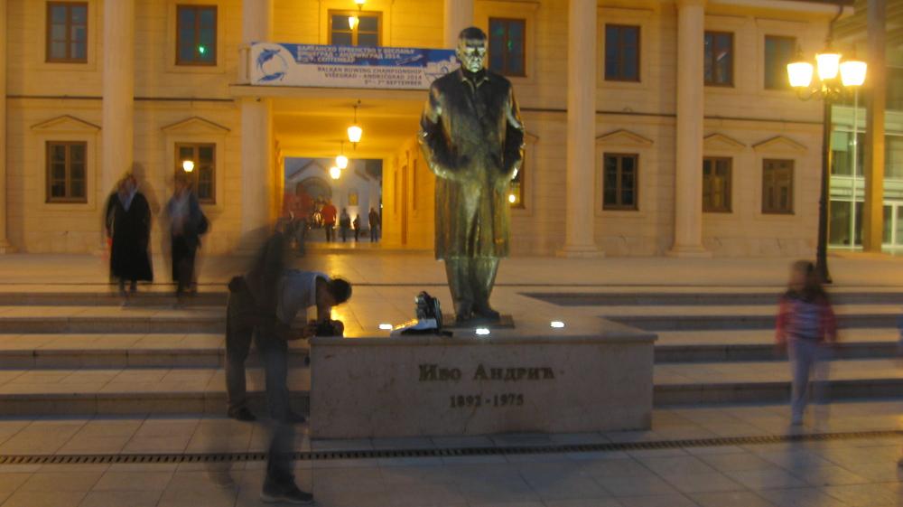 Andrićeva statua ponosno stoji u centru njegovog grada