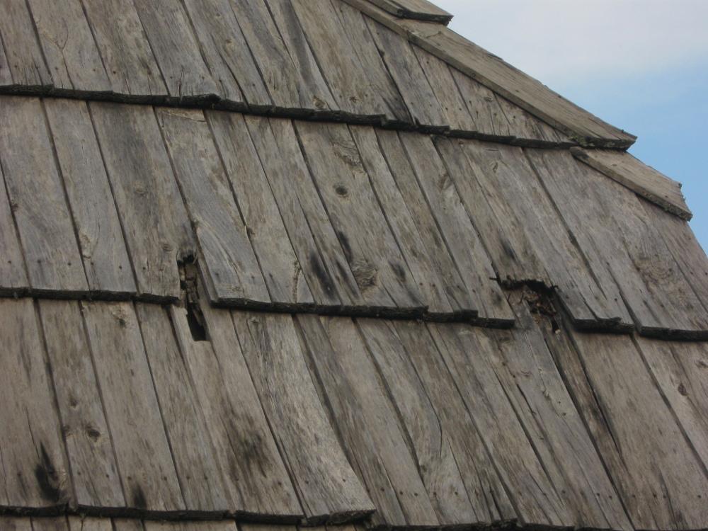 Drvena šindra na krovovima Drvengrada polako je počela da propada