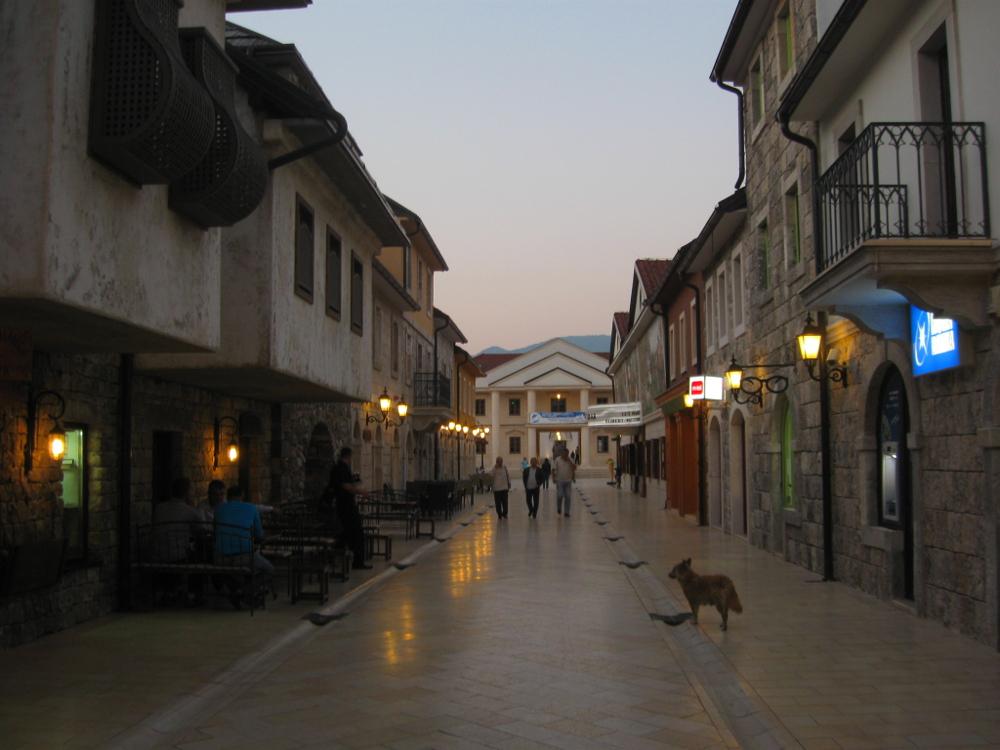Glavna ulica u Andrićgradu u sumrak
