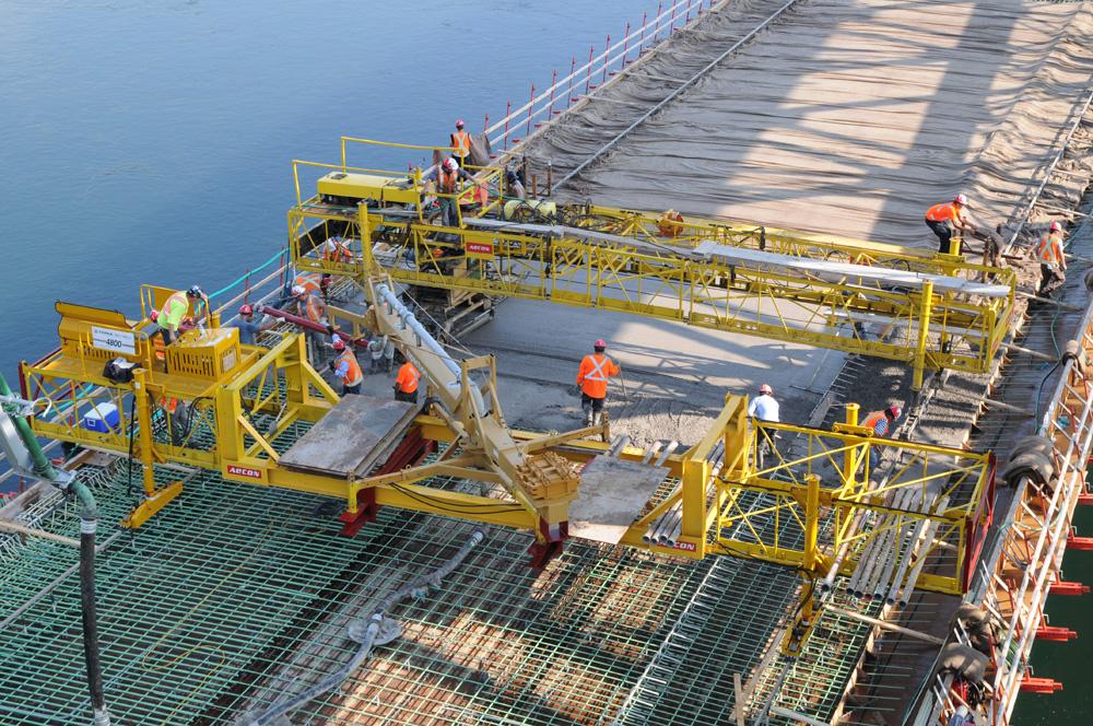 Voda, koja u vezivanju betona ima dvojnu ulogu – omogućuje hidrataciju cementa a time i očvršćivanje betona
