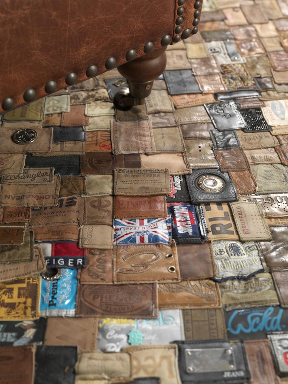 Tepih je napravljen od kožnih etiketa koje se mogu naći na svakim farmericama