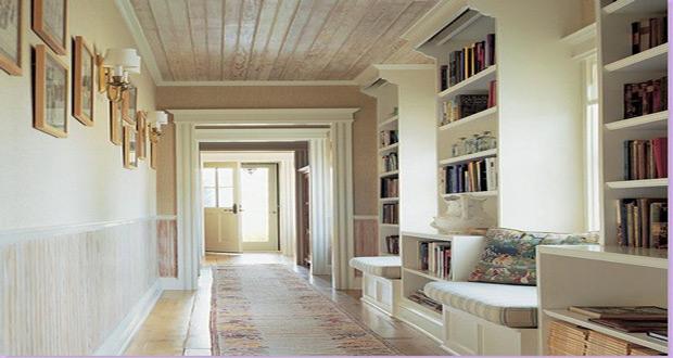 Police za knjige u hodniku
