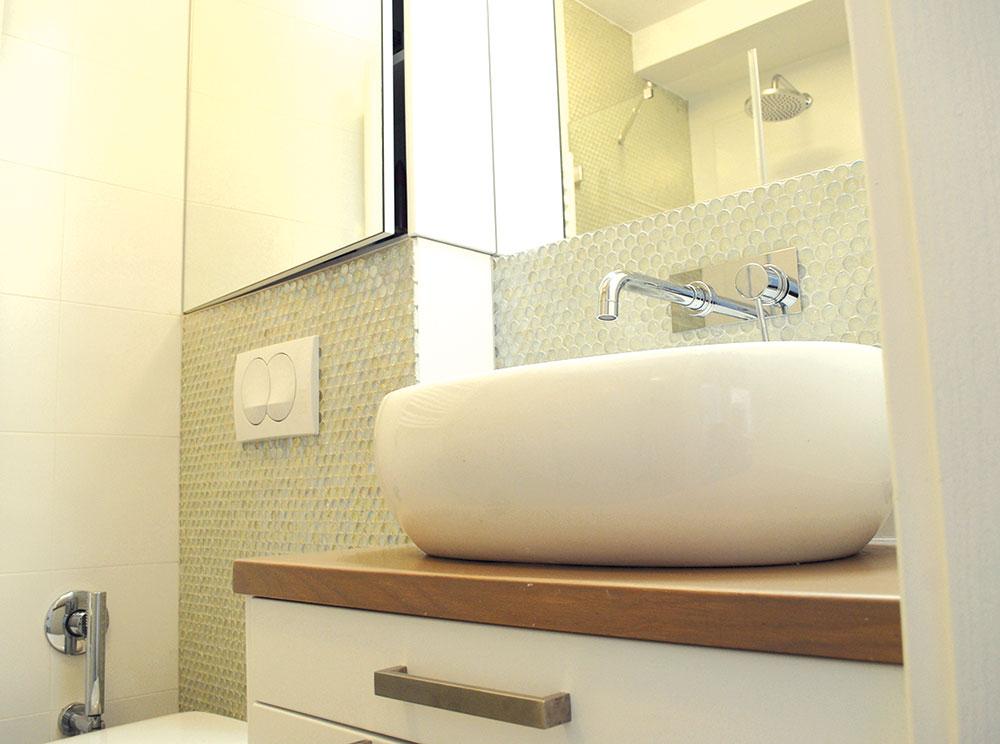 Ispod umivaonika se postavila komoda sa fiokama