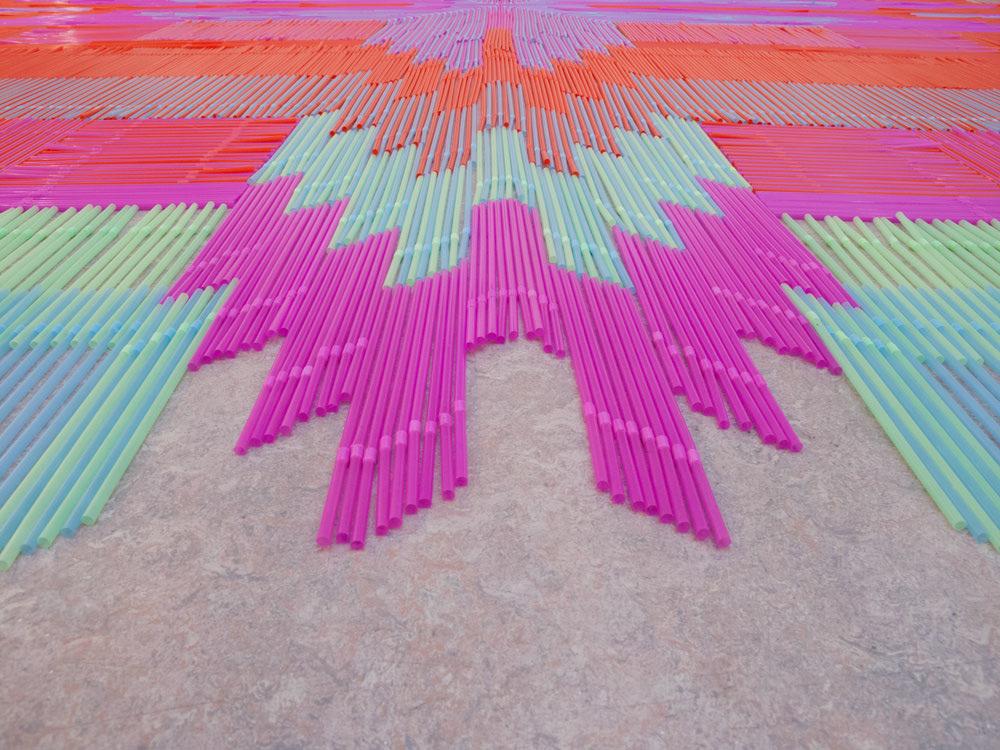 Detalj tepiha od slamčica