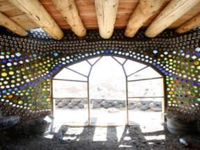 Izgled unutrašnjosti prostorije sa zidovima od reciklirane gume