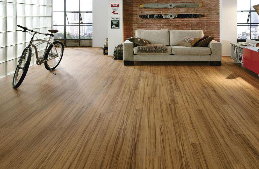 Obe vrste poda, od punog drveta i lemeliranog drveta, se ugrađuju uz pomoć eksera, heftanjem, ili lepljenjem dasaka za podlogu