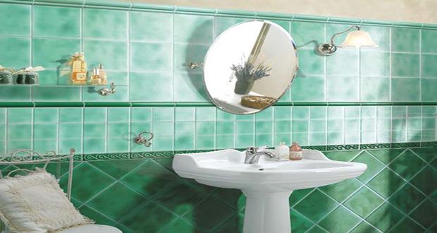 Zelene keramičke pločice različitih nijansi postavljene samo na zid