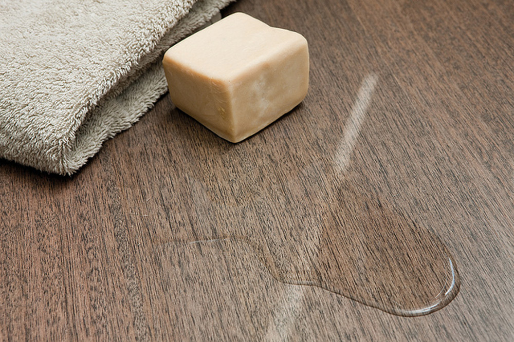 Obratiti pažnju na prosute tečnosti na podu