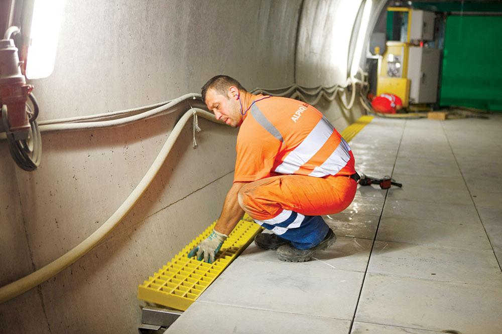 Kod objekata specijalne namene, osim standardnih, električnih i telekomunikacionih instalacija, postoji čitav dodatni sistem kablova