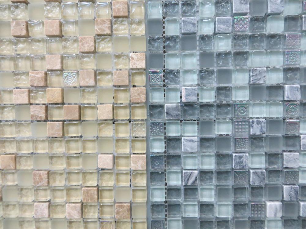 Staklene pločice poređane u mozaik