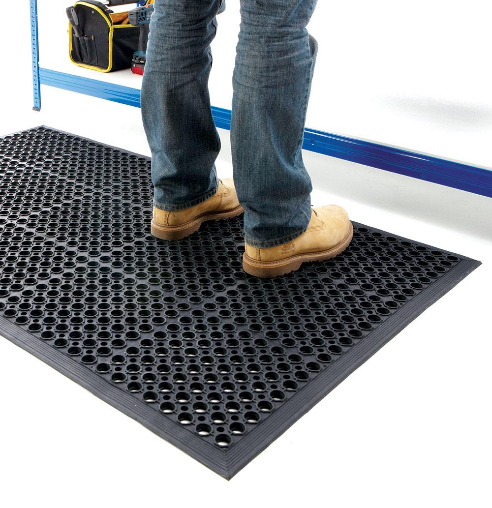 Gumeni podovi dolaze u pločama ili u trakama i potrebno je kvalitetno i profesionalno ih instalirati