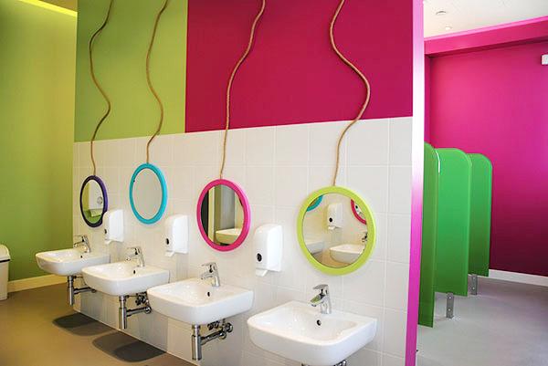 Prostori dečijih toaleta tretirani su slično poput ostalih prostorija za boravak