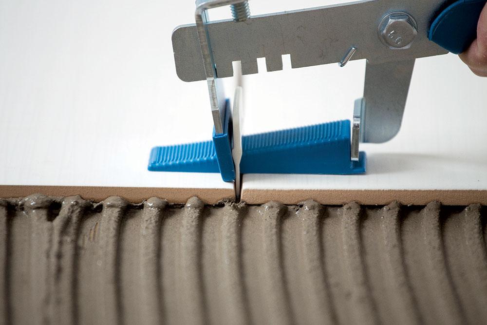 Staviti kajlicu u otvor na sponi i sa odmerenom snagom stegnuti sa kleštima