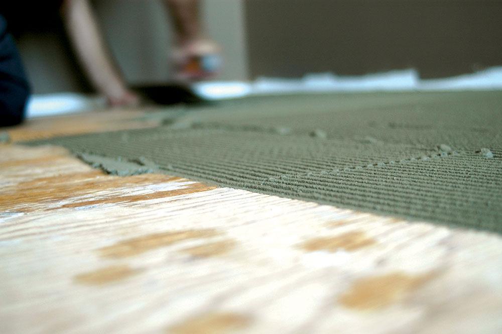 Osim odgovarajuće hidro-barijere drveni podovi se mogu, a često i moraju, zaštititi i premazima