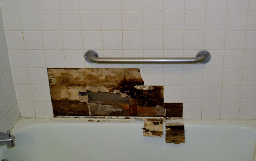 Oštećenje zidnih pločica oko kade u kupatilu