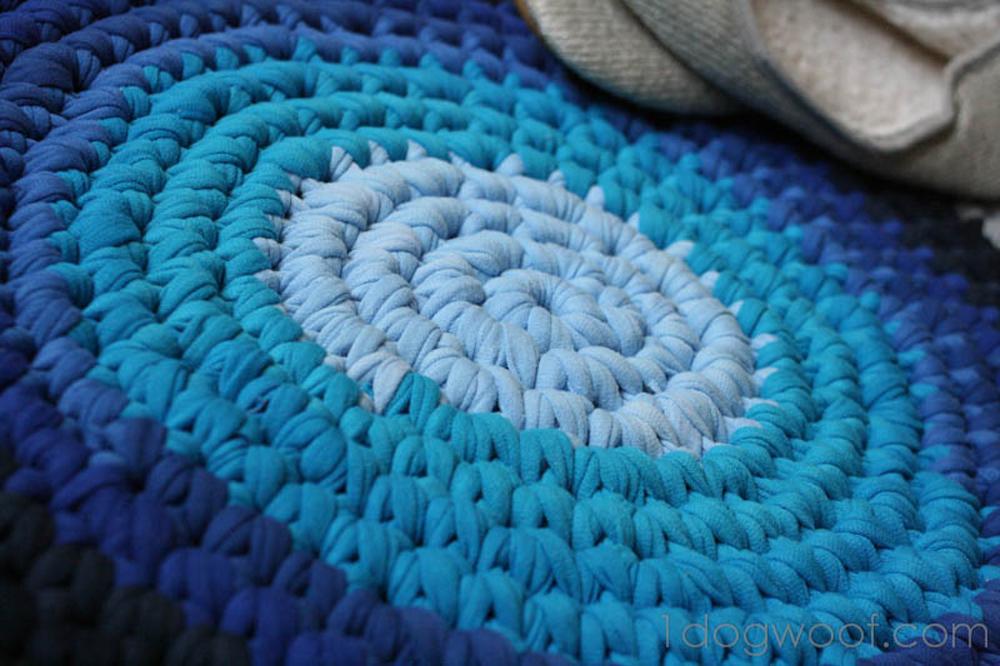 Tepih od majica u nijansama jedne boje
