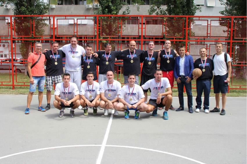 mladi košarkaši iz kraja i zaposleni iz kompanije Roma Company