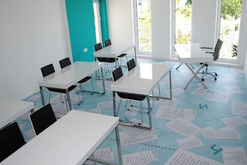 Pod u jezičkom kabinetu dizajniran je kao listovi papira