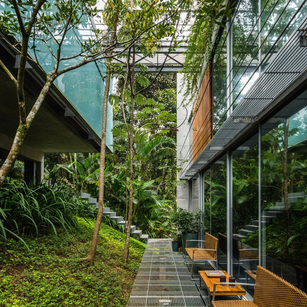 Arhitekte su stepenište osmislili kao perforiranu metalnu konstrukciju