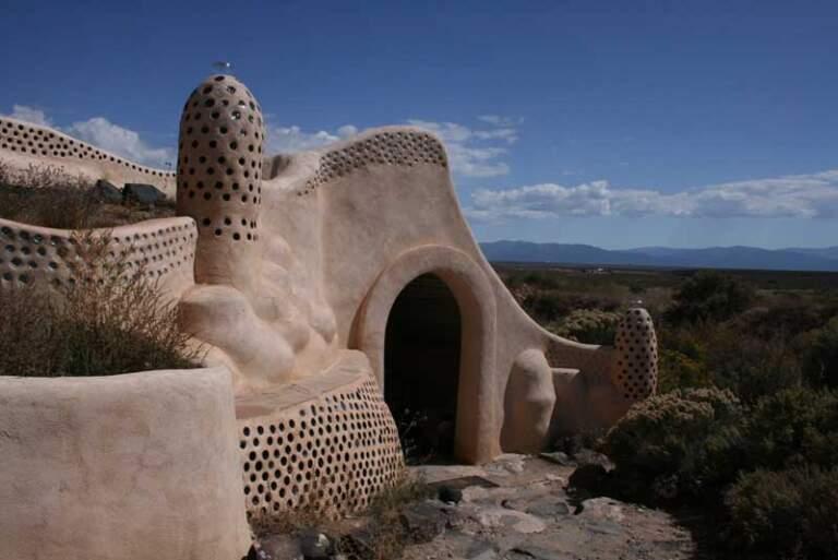 Kuća sagrađena od blata sa staklenim flašama