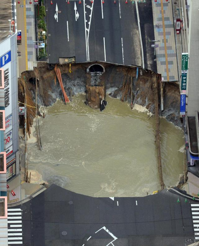 Foto Tanjug Japan saniranje rupe na putu
