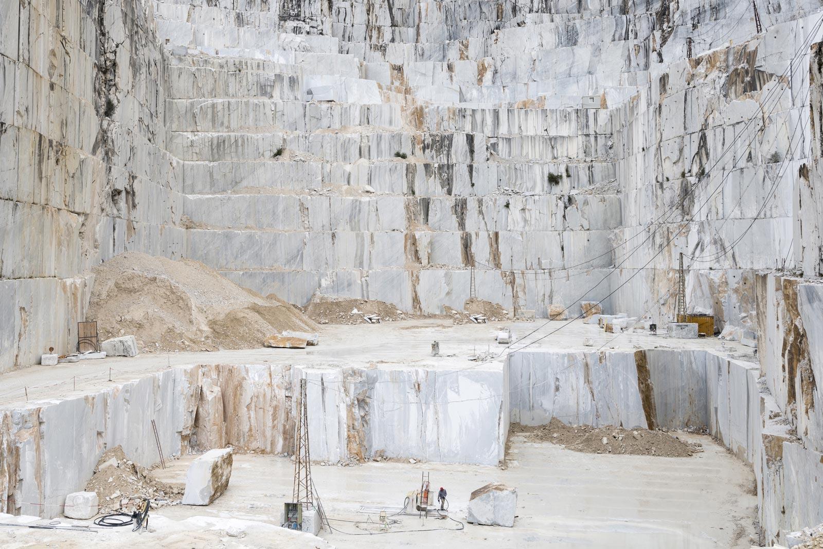 Cenjeni materijal je vrsta mermera bele ili belo-sive boje