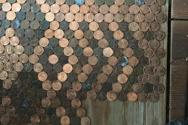 Podni mural nastao je od starih kovanica