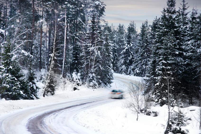 Kretanje auta po zimskom putu
