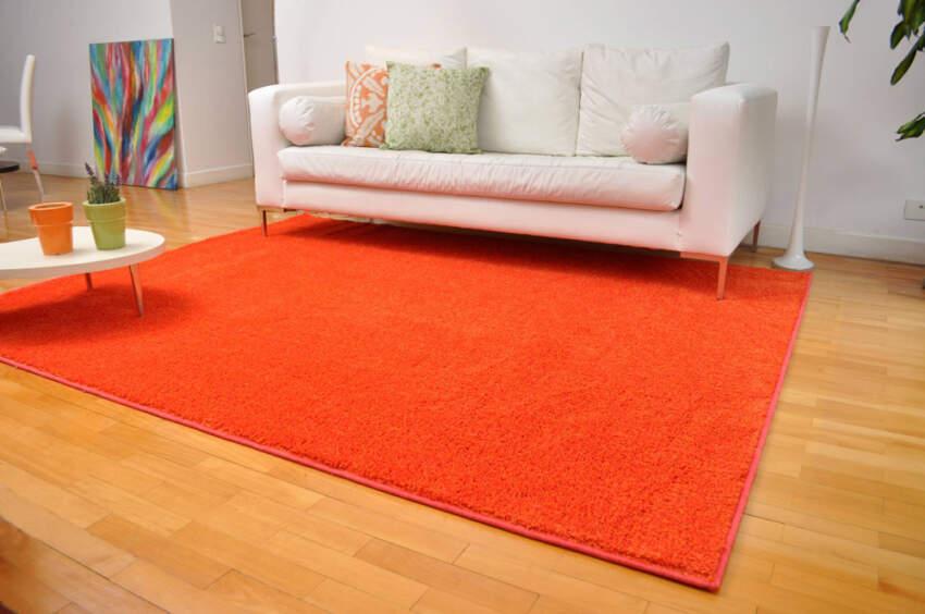 Unošenje topline u prostoriju sa narandžastim tepihom