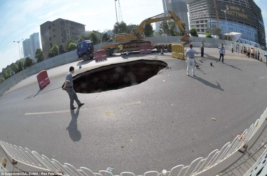 Otvorena rupa na putu u Kini iznenadila je učesnike u saobraćaju