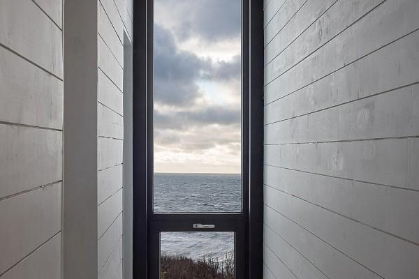 Veliki stakleni prozori otvaraju privatne površine ka dvorištu.
