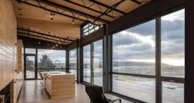 Sa otvorenim dnevnim boravkom, udobnim spavaćim sobama i minimalističkim dekorom koji se oslanja na teksture i lepotu drveta