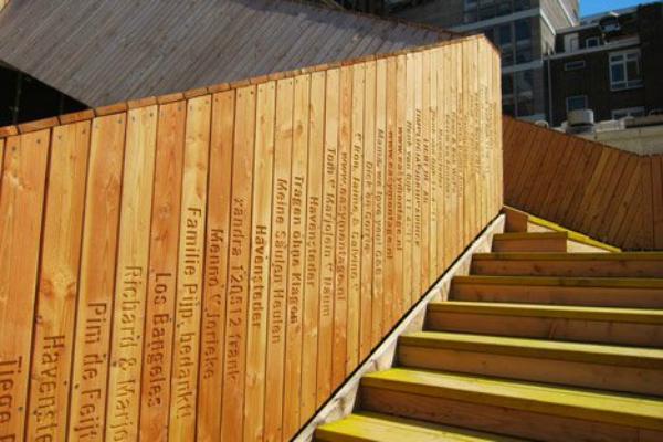 Struktura je izrađena od drveta i ofarbana u jarkožutu boju
