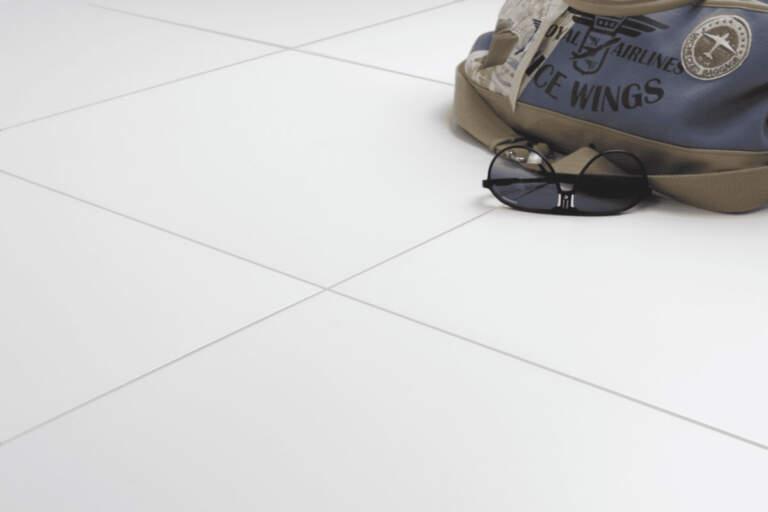 Matirani beli porcelan podovi kao ekstremi u vašem domu