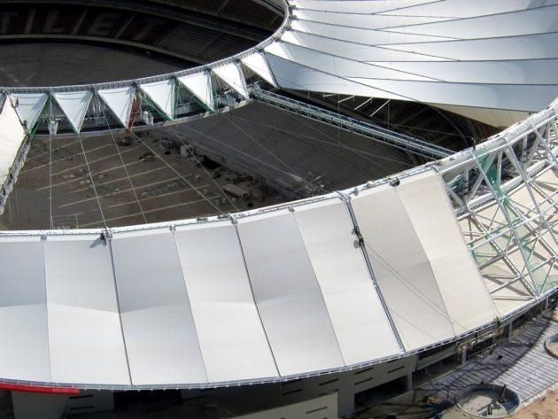 Krov je sastavljen od 96 radijalnih panela izrađenih od PTFE-a