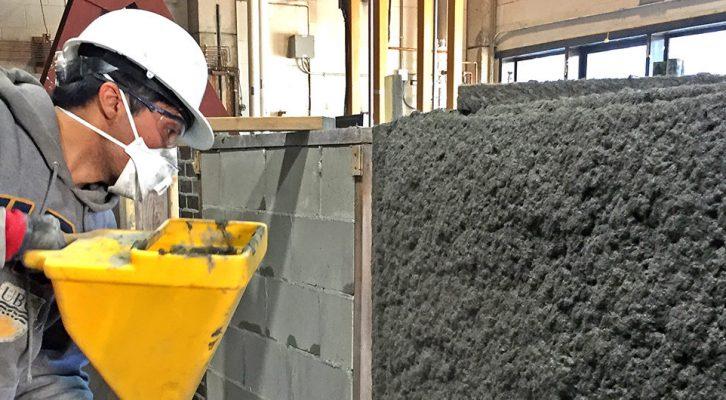 Beton napravljen od leteće prašine nanosi se prskanjem na zid koji potom postaje znatno otporniji na zemljotrese.