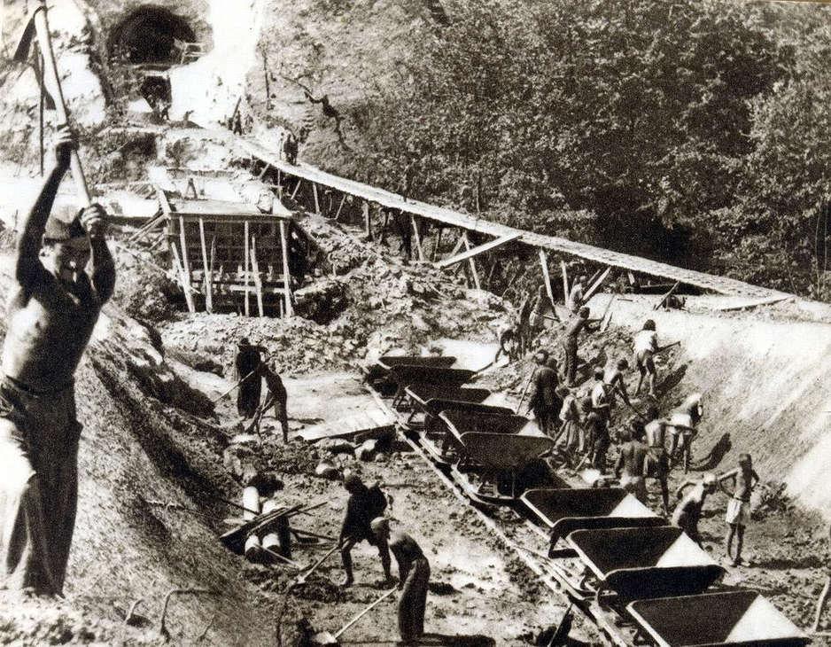 Izgradnja pruge je trajala 25. godina, u periodu od 1951. do 1976. godine