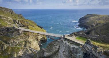 Pešački most sa rupom u sredini