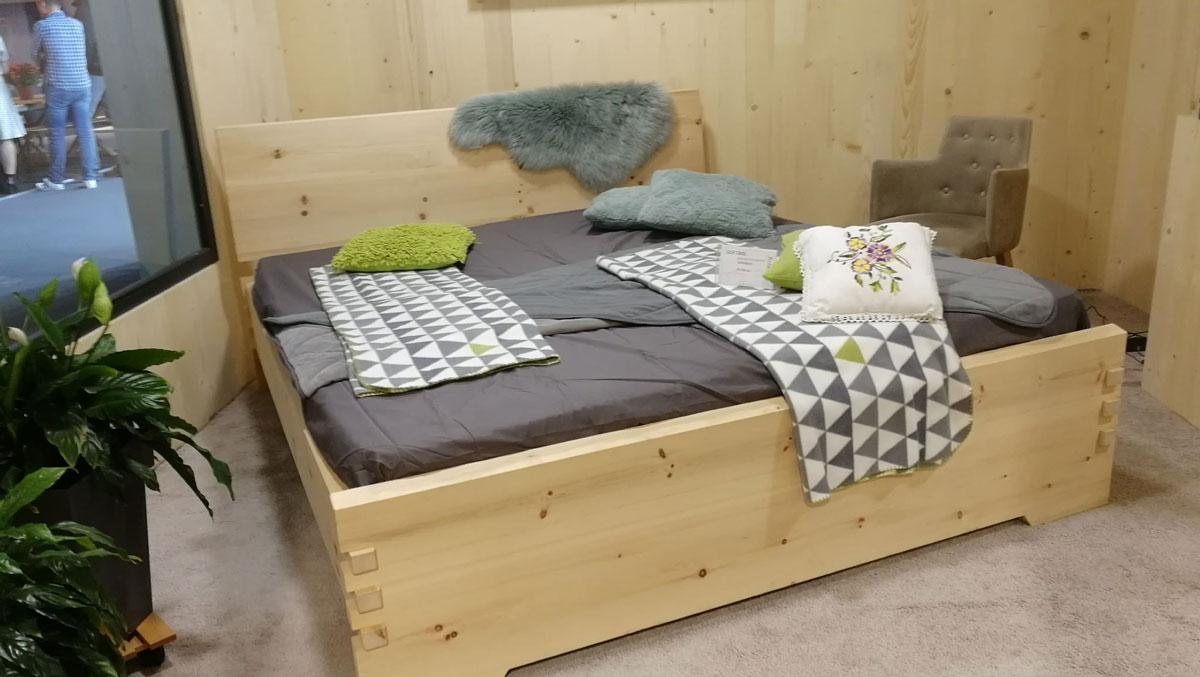 Drveni krevet na Sajmu nameštaja u Beogradu