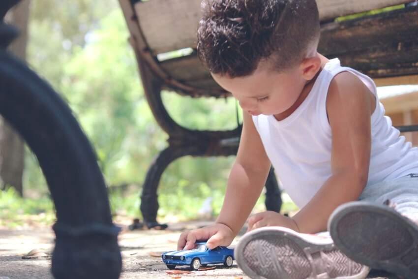 Dečak sa autićem